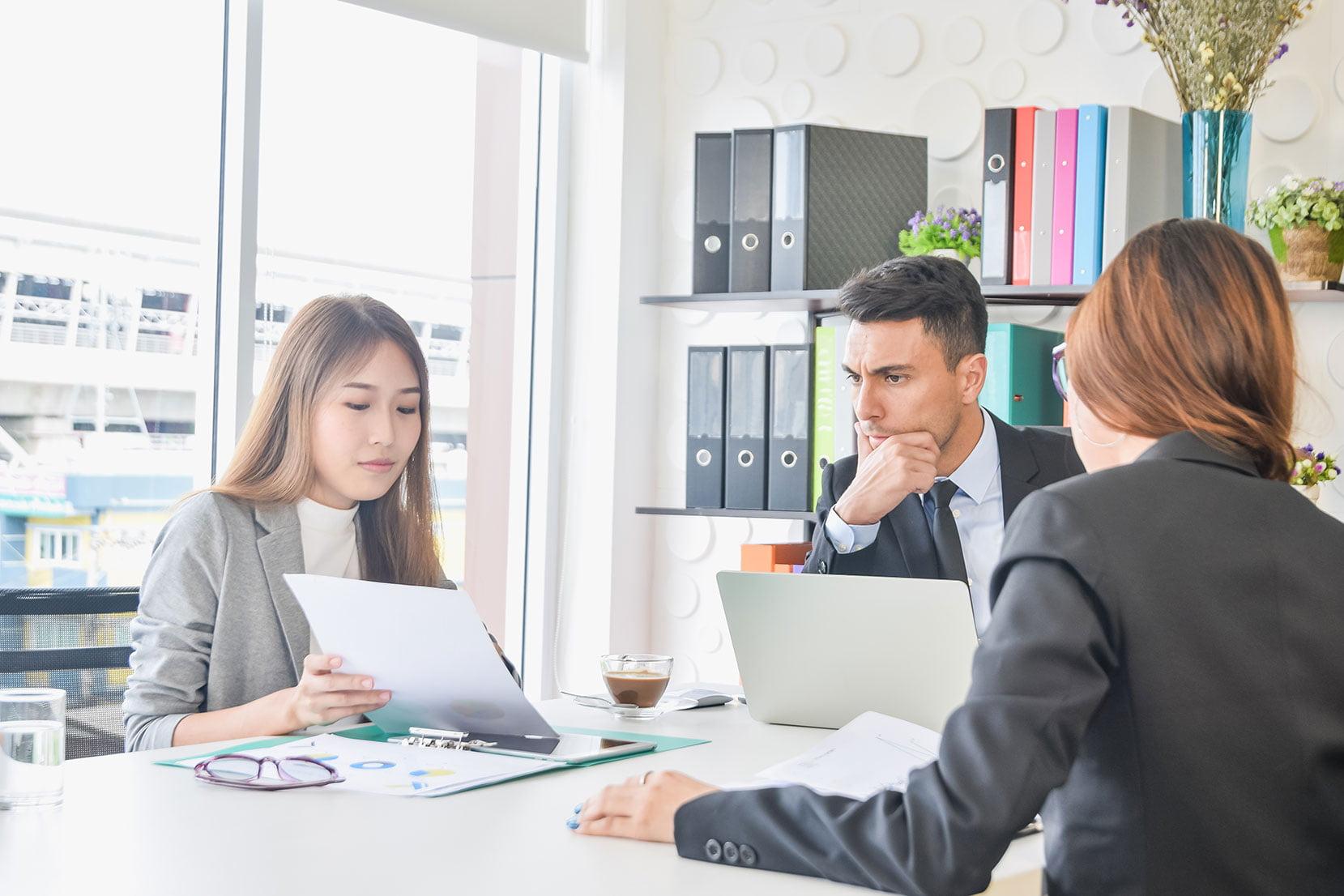 Equipe trabalhando pensando em uma liderança ligada a tecnologia